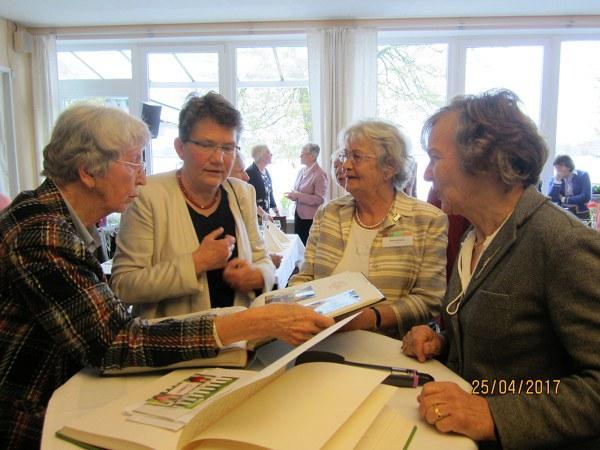 Eva Maria Brand zeigt ein altes Fotoalbum