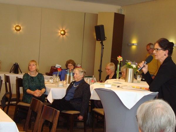 Jutta Kürtz beginnt das Gespräch mit den ehem. Vorsitzenden