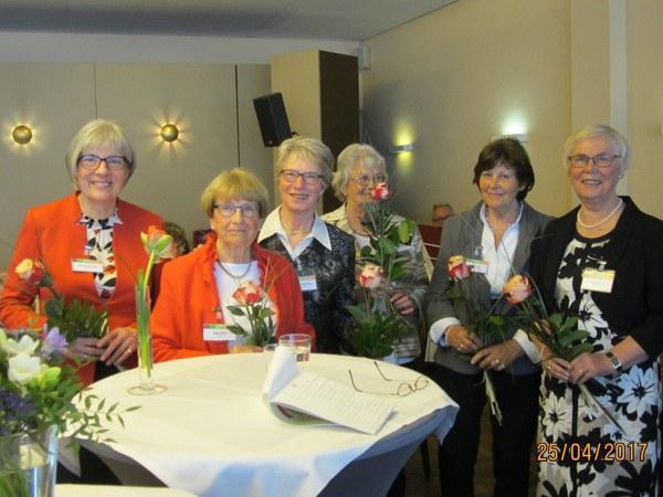 Der Vorstand bekommt Blumen vom Bundesverband