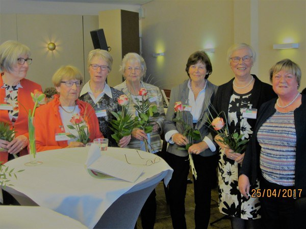 Der Vorstand erhält Blumen